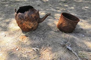 Чайник и котелок,  найденные в блиндаже