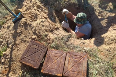 Обнаружен окоп для миномёта, в нём ящики от мин