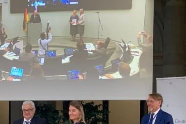 Посол России в Германии Сергей Нечаев вручает грамоту выпускнице СФУ  Кристине Летниковой