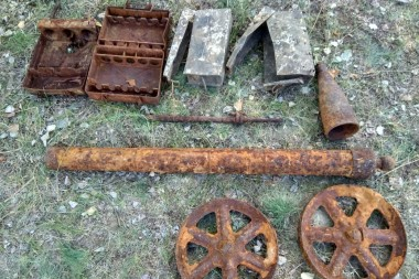 Ящики для укладки немецких мин, коробки для немецких пулемётных лент, головная часть от артиллерийского снаряда