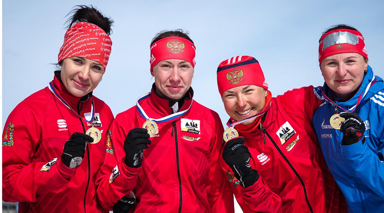 Ольга Якушова (вторая справа) — победитель чемпионата России по биатлону
